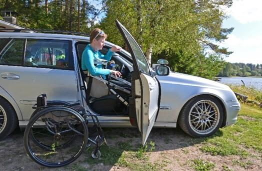 Henkilön siirtäminen henkilöautosta pyörätuoliin ja edelleen veneeseen tai vesiskootteriin